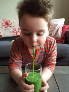 Zoon Annemieke aan de groene smoothie